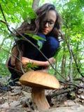 女孩用蘑菇 图库摄影