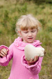 女孩用蘑菇 免版税库存照片