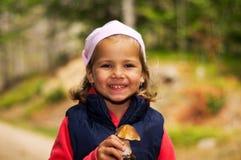 女孩用蘑菇 免版税库存图片