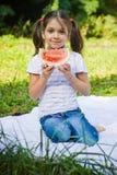 女孩用西瓜 图库摄影