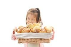 女孩用面包 免版税库存图片