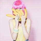 女孩用香蕉 健康的食物 免版税库存图片