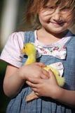 女孩用鸭子 免版税图库摄影