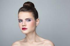女孩用头发小圆面包 免版税图库摄影