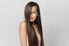 女孩用头发盖了她的面孔 库存图片