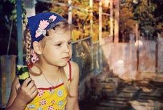 女孩用黄瓜 免版税库存图片