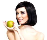 女孩用绿色苹果 免版税图库摄影