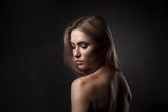 女孩电影画象在黑暗的演播室 免版税库存照片
