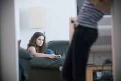 女孩电视注意 库存图片