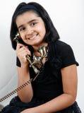 女孩电话甜点使用 免版税库存照片