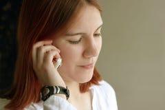 女孩电话红头发人 免版税库存图片