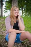 女孩电话联系少年 免版税库存照片