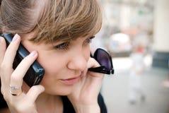 女孩电话联系的年轻人 免版税图库摄影