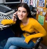 女孩电话联系青少年 图库摄影