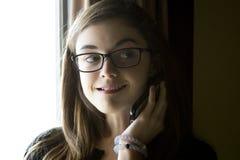 女孩电话联系青少年 免版税库存照片