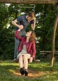 女孩男孩夫妇摇摆自然 库存图片