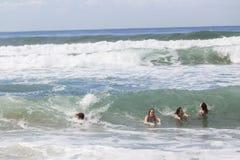 女孩男孩游泳海滩 库存图片