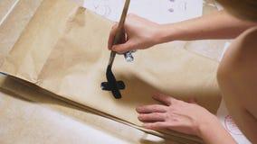 女孩画与在纸袋各种各样的情感的一把刷子 情感的概念在面带笑容的 库存图片
