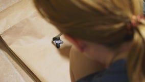 女孩画与在纸袋各种各样的情感的一把刷子 情感的概念在面带笑容的 免版税图库摄影