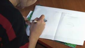 女孩画与铅笔,做剪影和概述 特写镜头 3 股票视频