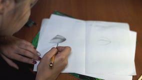 女孩画与铅笔,做剪影和概述 特写镜头 4 股票视频
