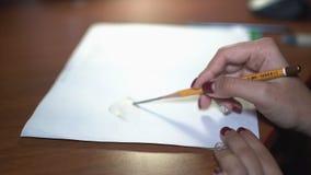 女孩画与铅笔,做剪影和概述 特写镜头 7 影视素材
