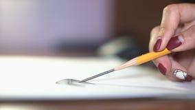 女孩画与铅笔,做剪影和概述 特写镜头 8 影视素材