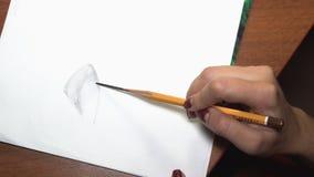女孩画与铅笔,做剪影和概述 特写镜头 10 影视素材