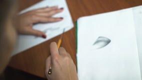 女孩画与铅笔,做剪影和概述 特写镜头 11 影视素材