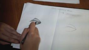 女孩画与铅笔,做剪影和概述 特写镜头 14 股票录像