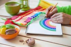 女孩画彩虹 正面图画 艺术疗法和relaxati 免版税库存图片
