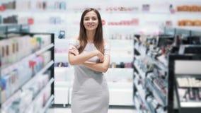 女孩画象化妆商店看看的照相机和微笑,慢动作 股票视频