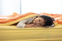 女孩画象在毯子下的在家卧室,池氏 免版税库存照片