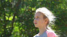女孩画象有头发流程的在风 股票视频