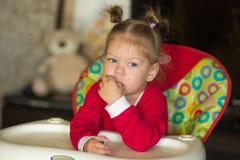 女孩画象有看沉思的看起来的在旁边 库存图片