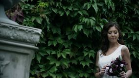 女孩画象有花束的在她的手上是微笑和调查照相机 股票录像