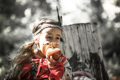 女孩画象美洲印第安人服装的  免版税库存图片