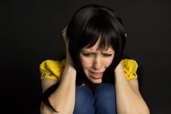 女孩痛苦和哭泣 免版税库存图片
