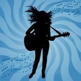 女孩的剪影有吉他的 免版税库存照片