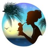 女孩的剪影,热带海视图 免版税库存照片