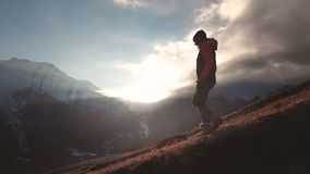 女孩的史诗射击的轻率冒险鸟瞰图走在山边缘的作为在美好的日落的一个剪影 影视素材