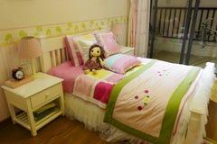 女孩的小床室 库存图片