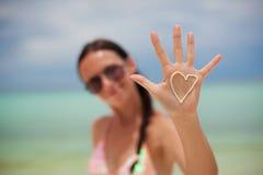 女孩的手特写镜头有心脏的在棕榈 库存图片