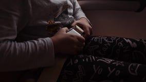 女孩的手的接近的射击,是紧固在飞机椅子的一个安全带 股票视频
