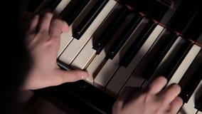 女孩的手的特写镜头扮演钢琴仪器键盘音乐家的 钢琴演奏家合理的音乐会 股票录像