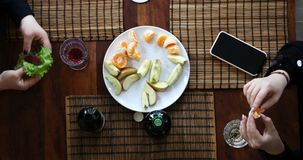 女孩的手采取蔬菜和水果从桌 股票视频