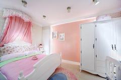 女孩的时髦的桃红色卧室 图库摄影