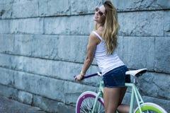 女孩的时髦的自行车 库存图片