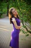女孩的柔和的画象紫色礼服的 免版税库存照片