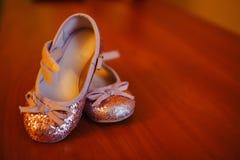 女孩的桃红色童鞋 免版税库存照片